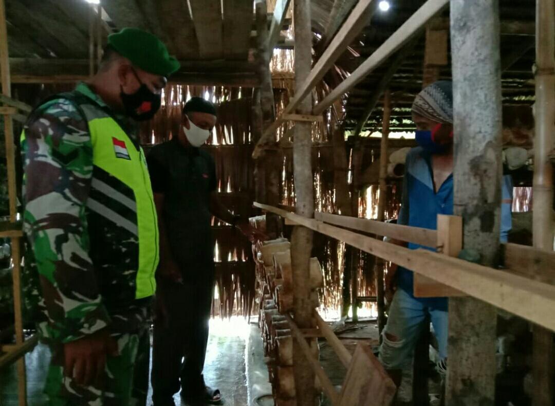 Babinsa Kelurahan Batu Hitam Lakukan Komsos Denga  Warga Penggiat Budidaya Jamur Tiram