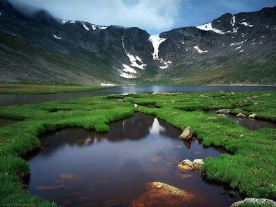 Gambar pemandangan gunung hijau