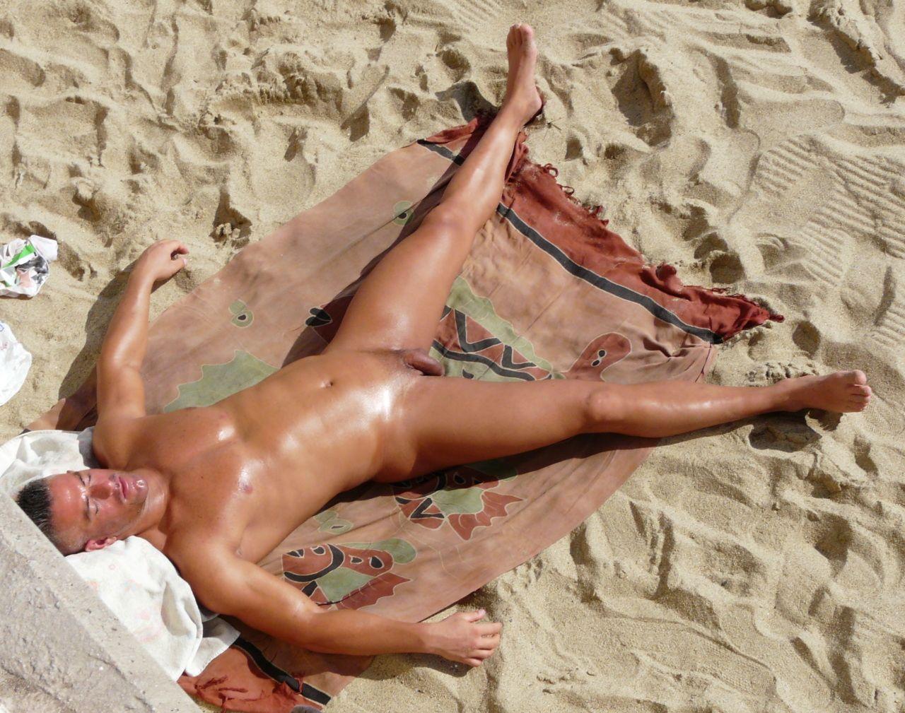 Загорелые парни голые