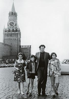 H οικογένεια Θεοδωράκη στην Κόκκινη Πλατεία Mikis con sus hijos Margarita y George y su esposa Myrto en Moscú