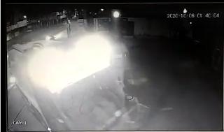 Bandidos roubam carro de lixo e roubam cofre; vídeos