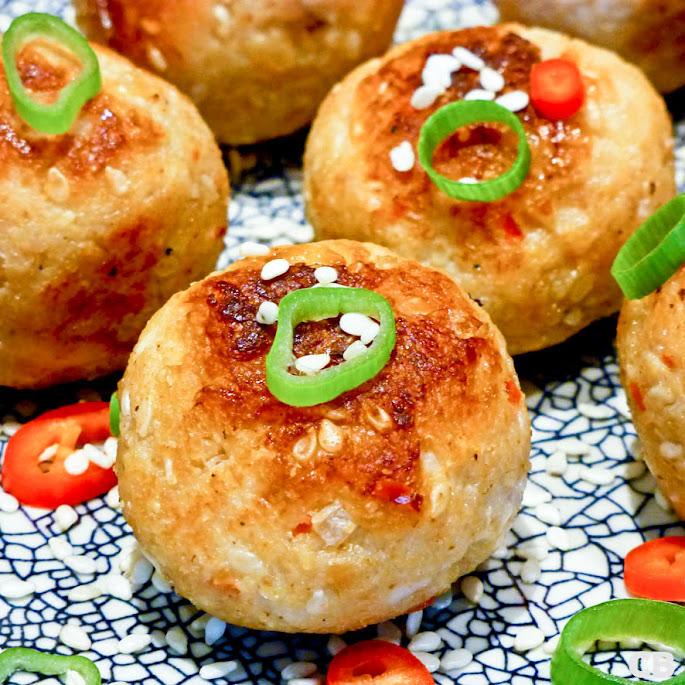 Recept Oosterse kipgehaktballetjes met sesamzaadjes en een lichtpikante dipsaus
