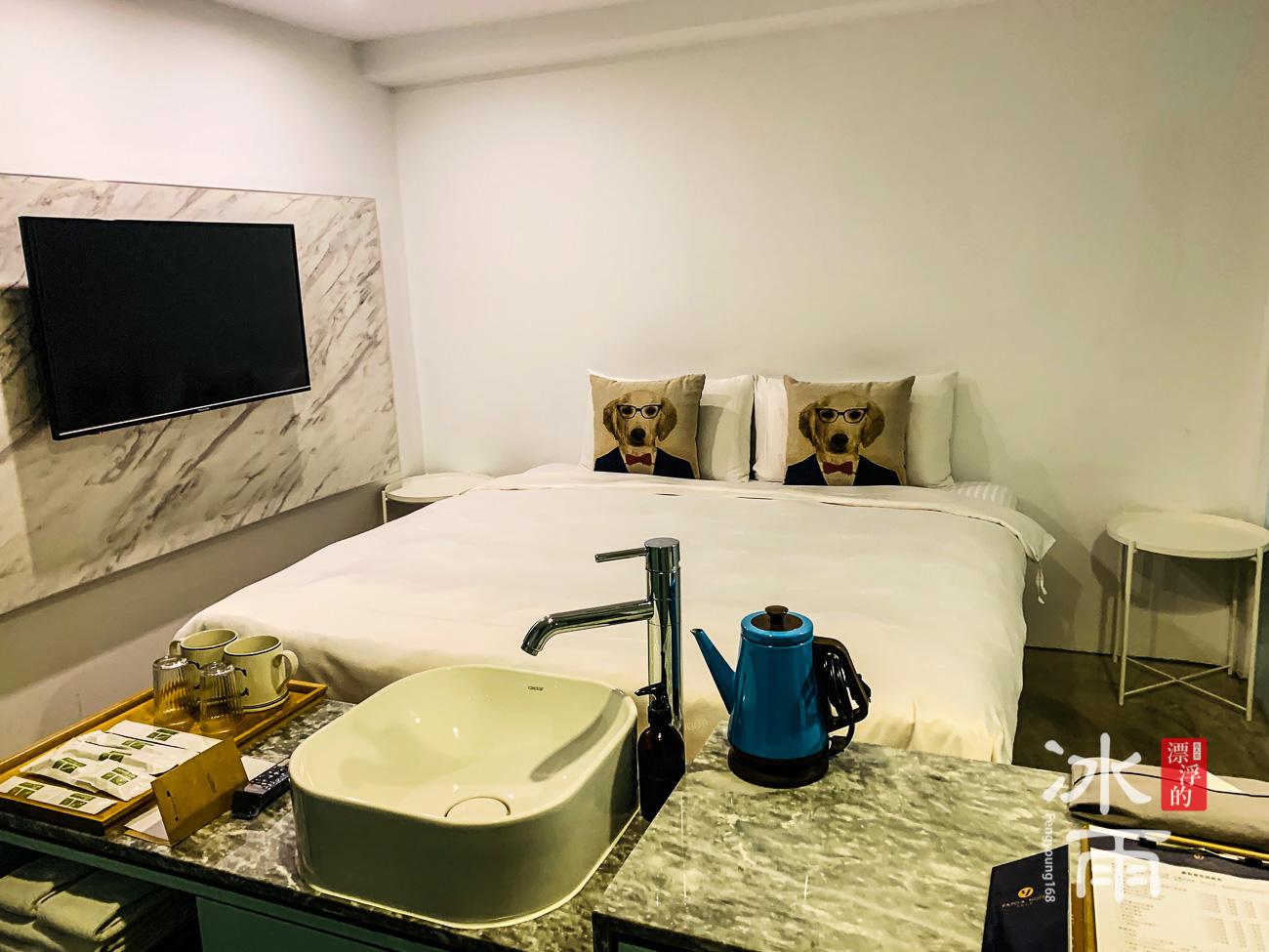 房間內的床
