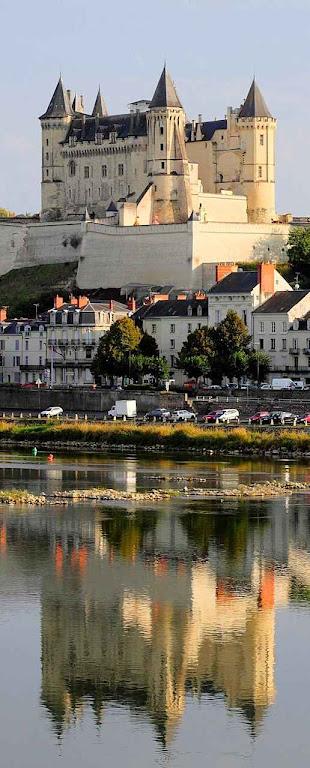 Saumur se espelha majestosamente nas águas do rio Loire.