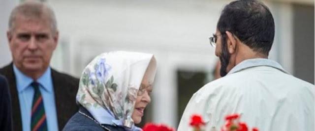 هكذا كانت ردة فعل الملكة إليزابيث حين أمسك الشيخ محمد بن راشد مرفقها وهل يخالف البروتوكول الملكي ؟؟؟ ماذا فعلت؟!