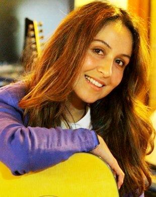 Foto de Marisol Muguerza con su guitarra