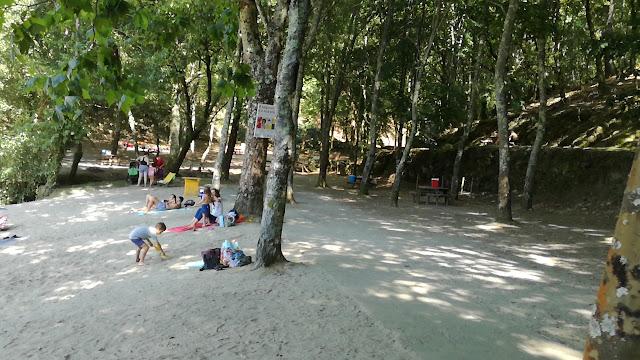 Areal da  Praia Fluvial da Albufeira da Queimadela e sombra