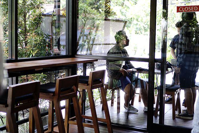 Meja yang ada di dalam kedai Pretty Odd Coffee Bar Jogja