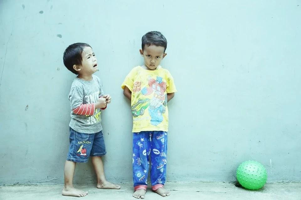 foto anak kecil nangis main bola