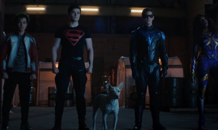 Imagem de capa: o time dos Titãs, da direita para a esquerda, o Mutano, um garoto asiático com cabelo verde em um casaco branco com vermelho e jeans, o Superboy, um garoto branco alto, forte com cabelo preto e uma camisa preta com o logo do Superman em vermelho, Krypto, o super-cão, um cachorro branco, o Asa Noturna, um rapaz branco de cabelos castanho-escuros em um traje preto e azul com um símbolo de ave azul no centro e máscara e a Estelar, uma mulher negra com um traje roxo e dourado de aspecto alienígena, os cabelos rosa-avermelhados.