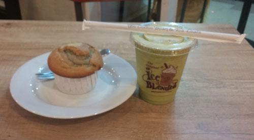 MUFFIN DAN APA COBA : Inilah menu Coffee Bean yang dominan warna hijau yang saya tidak sempat catat apa namanya. Enak juga sih (9/11).  Foto Asep Haryono