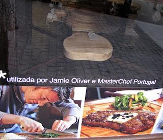 Cartaz com fotos das tábuas de madeira e do chef Jamie Oliver