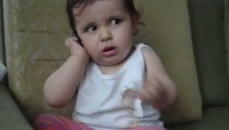 Video Lucu Seorang Anak Kecil Meniru Gaya Orang Tuanya Saat Menelepon