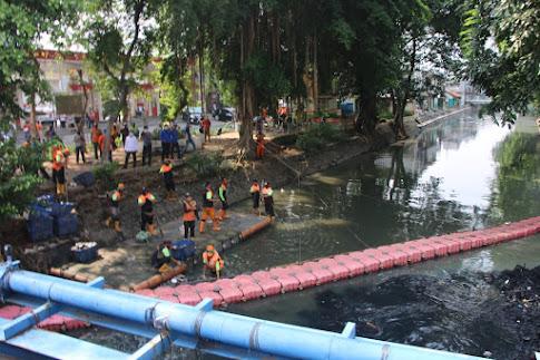 Tinjau Pengerjaan Gerebek Lumpur Kali Sentiong, Wagub DKI Tekankan Keterlibatan Warga