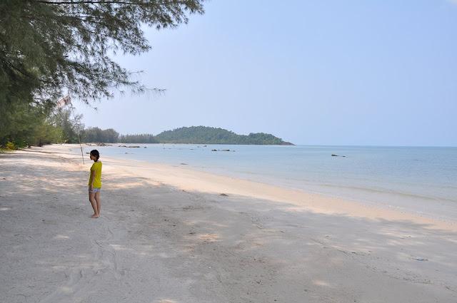 หาดทิบทิมอยู่ห่างจากศูนย์ราชการุณย์ประมาณ 2 กีโลเมตร