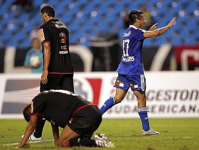 Vargas comemorando um de seus dois gols no mesmo minuto 42'