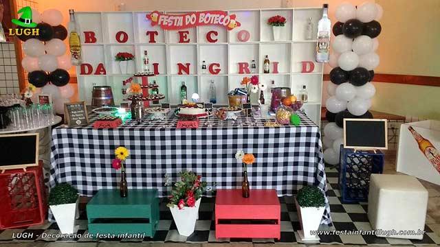 Decoração da mesa do bolo com o tema Boteco para festa de aniversário
