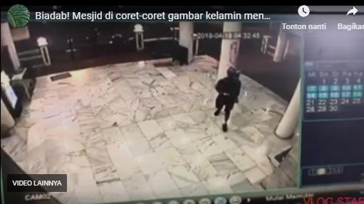 Video Aksi Pria Tak Dikenal Gambar Kelamin di Masjid Cilandak