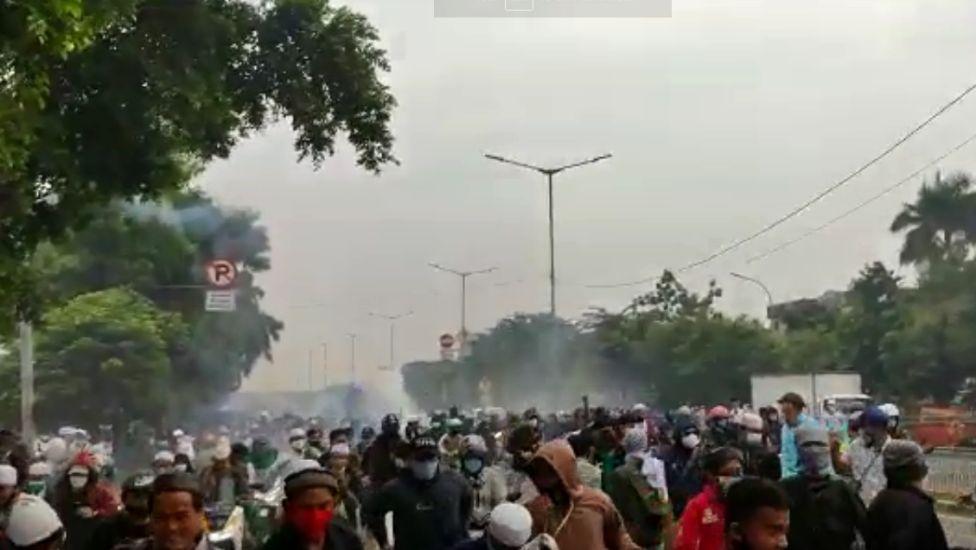 Ricuh! Para Pendukung Habib Rizieq Lempari Polisi dengan Batu
