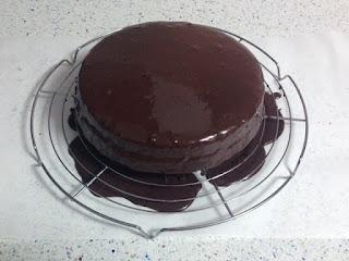 Bañar bizcocho en cobertura chocolate