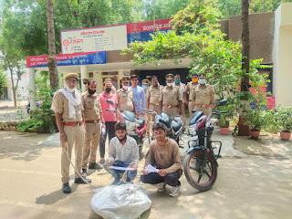 इटावा पुलिस द्वारा मोटरसाइकिल चोर गिरोह के 02 सदस्यों को चोरी की 03 मोटरसाइकिल, 01 अन्य मोटरसाईकिल के पार्टस एवं अवैध असलहा सहित गिरफ्तार किया गया |  वरिष्ठ पुलिस अधीक्षक इटावा डॉ० बृजेश कुमार सिंह के निर्देशन में अपराध व अपराधियों के विरूध्द चलाए जा रहे अभियान के क्रम मे अपर पुलिस अधीक्षक ग्रामीण इटावा, क्षेत्राधिकारी सैफई के नेतृत्व मे थाना सैफई पुलिस द्वारा मोटरसाइकिल चोर गिरोह के 02 सदस्यों को चोरी की 03 मोटरसाइकिल, 01 अन्य मोटरसाईकिल के पार्टस एवं अवैध असलहा सहित गिरफ्तार किया गया ।   संक्षिप्त विवरण : जनपद में अपराध एवं अपराधियों के विरूध्द वरिष्ठ पुलिस अधीक्षक इटावा द्वारा चलाये जा रहे अभियान के क्रम में अपर पुलिस अधीक्षक ग्रामीण इटावा के निर्देशन में व क्षेत्राधिकारी सैफई के नेतृत्व में थाना सैफई क्षेत्रांर्गत घटित मोटरसाईकिल चोरी की घटनाओं के सफल अनावरण व चोरी की घटनाओं में अंकुश लगाने हेतु पुलिस टीम का गठन किया गया था एवं गठित टीम चोरो की पहचान एवं गिरफ्तारी हेतु प्रयासरत थी । दिनांक 14/15.06.2021 की रात्रि गश्त के दौरान मुखबिर की सूचना के आधार पर पुलिस टीम द्वारा मोटरसाईकिल चोर गिरोह के 02 अभियुक्तों अमरसी पुर बम्बे के पास से बीती रात गिरफ्तार किया गया ।   गिरफ्तार अभियुक्तों की तलाशी लेने पर उनके कब्जे से चोरी की 03 मोटर साइकिल व मोटर साइकिल के पार्ट एवं 01 अवैध तमंचा 315 बोर , 02 जिन्दा कारतूस 315 बोर व 01 अवैध चाकू बरामद हुआ । पुलिस पूछताछ में गिरफ्तार अभियुक्तों द्वारा बताया गया कि हम सभी लोग मिलकर पहले विभिन्न जनपदों से मोटरसाइकिल चोरी करते है तथा चोरी की गयी मोटरसाइकिलों के पार्टस बदलकर उन्हे सस्ते दामों में बैच देते है ।   गिरफ्तार अभियुक्तः 1. पुष्पेन्द्र सविता पुत्र सुरेश चन्द्र नि 0 गांधीनगर कस्बा व थाना बकेवर इटावा 2. शिवम शंखवार पुत्र स्व0 पप्पू नि0 चनौरा थाना रामगढ़ जिला फिरोजाबाद   पुलिस टीमः मो0 हामिद प्रभारी निरीक्षक थाना सैफई, उ0नि0 गनेश गुप्ता, उ0नि0 कृष्ण कुमार, हे0का0 प्रमोद कुमार, का0 रविन्द्र सिंह, का0 देवेन्द्र बाबू ।