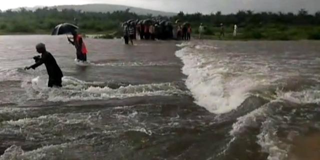 अर्थी ले के गए थे तब सब सामान्य था, दाग लगाकर लौटे तो बाढ़ आ गई, 70 फंसे | SATNA MP NEWS