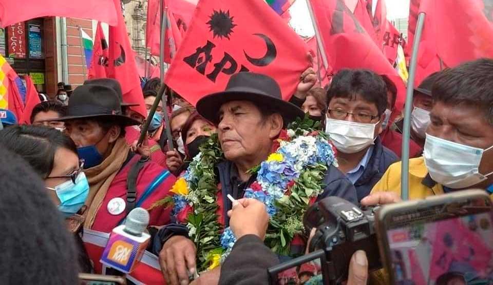 Quispe con una de sus células políticas en El Alto, buscaba la Gobernación paceña / ERBOL