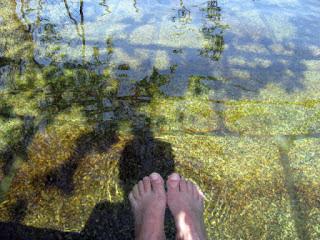 dois pés submersos em água