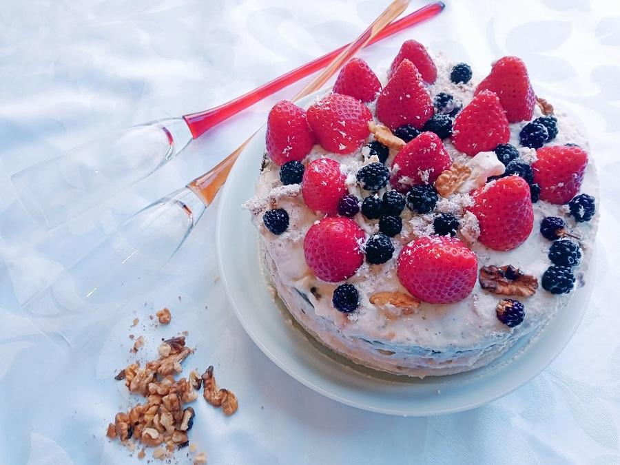 Bolo de chocolate com cobertura e frutos vermelhos