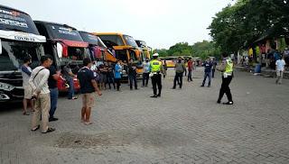 Sambut New Normal, Puluhan Bus Pariwisata Ngumpul Di Parkiran Makam Sunan Giri Gresik