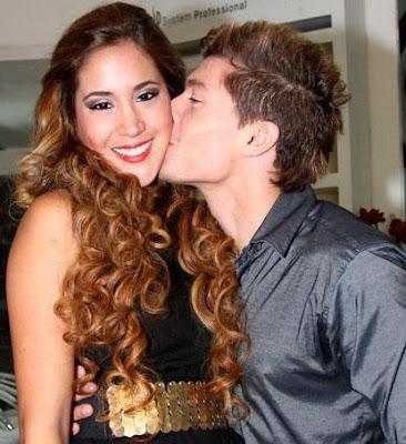 Foto de Ignacio Baladán besando en el rostro a Melissa Paredes