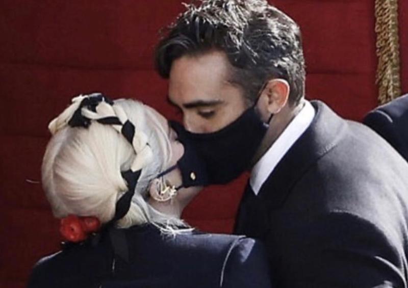 Ece Gürsel'den maskeli öpüşme