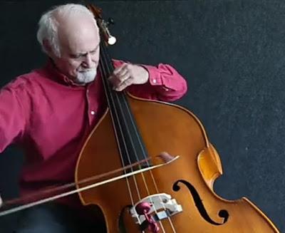 عازف يعزف على آلة التشيلو