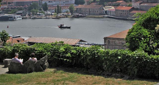 vista do rio Douro através do Jardim das Virtudes