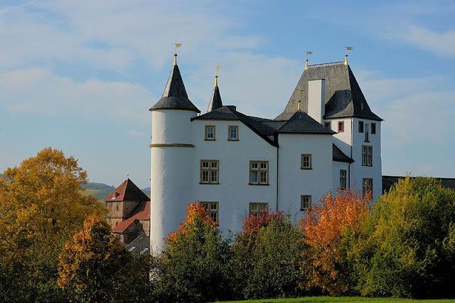 Schloss_Berg_-_Nennig.jpg