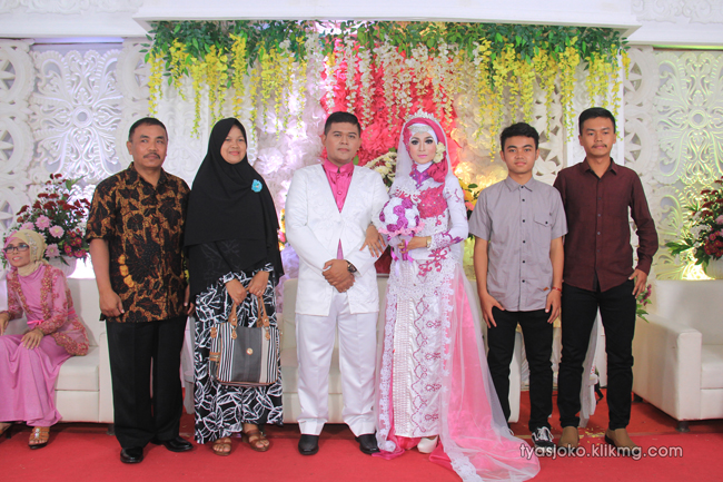 Foto Liputan Pernikahan Tyas & Joko | Bag.8 - Pose Foto Keluarga & Kerabat 2 Pada Resepsi Pernikahan Tyas & joko 10 Juli 2016 | Klikmg.com Fotografer Pernikahan Purwokerto
