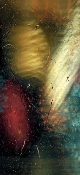 خلفية بقع لونية ذهبية و حمراء على سطح زجاجي شفاف