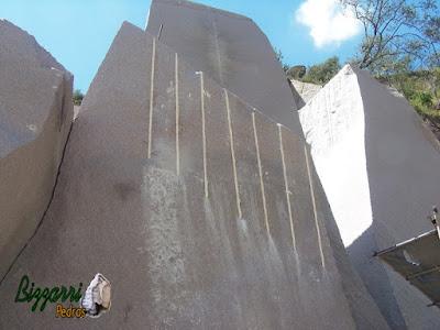 Bloco de granito sendo cortado para formar as pedras folhetas.