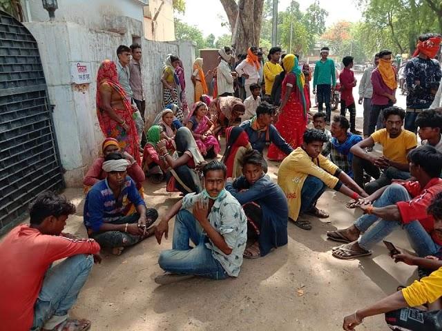 कोलारस में कुशवाह बंधुओं के खिलाफ आदिवासियों का धरना, मामला दर्ज / kolaras News