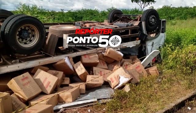 Caminhão tomba com carga de cigarro contrabandeada em Luís Correia
