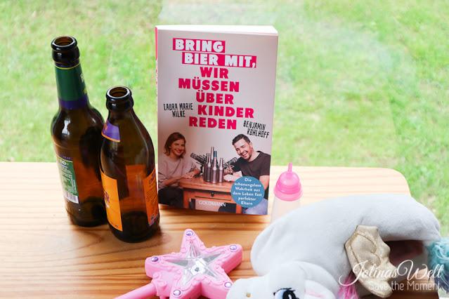 Buch Bring Bier mit steht bei Bierflaschen und Spielzeug