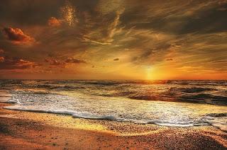Sole che tramonta nel mare