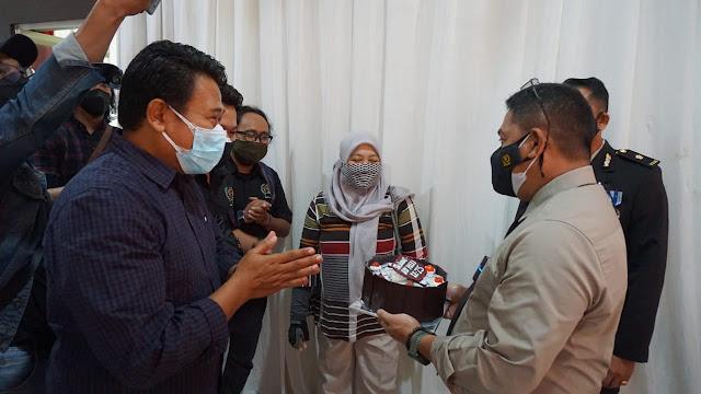 Kapolresta Banyumas Mendapat Kejutan Berupa Kue Tart di Hari Bhayangkara ke 75