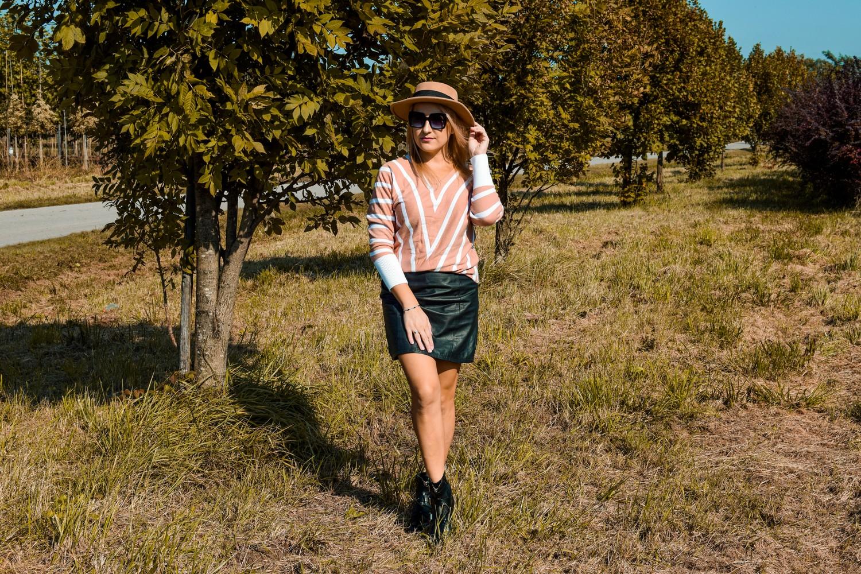 Ciepły, damski sweterek w paski na jesień