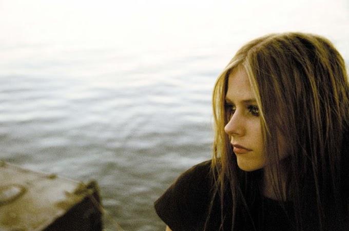 ¿Avril Lavigne volvería a sus raíces Under My Skin en nueva canción para navidad?