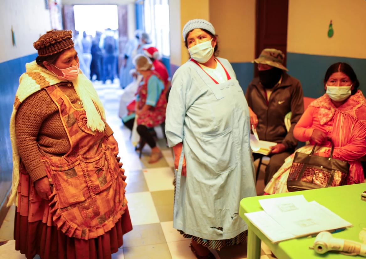 Trabajadoras de mercados y restaurantes reciben la vacuna contra ell COVID-19 en La Paz, Bolivia, el 10 de agosto de 2021 / REUTERS