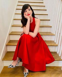 Anne Hathaway. Vestido de Brandon Maxwell