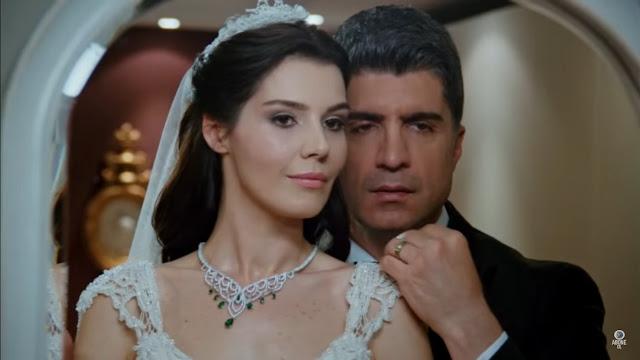 Mireasa Elif poarta un colier cu diamante si smaralde daruit de Kahraman