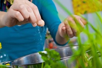 Rischi e pericoli a mangiare salato: meno sete più fame