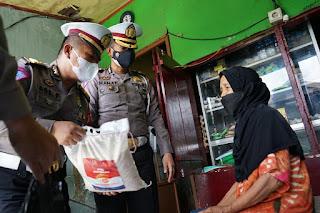 Gerakan Peduli PKL, Ditlantas Polda Sulsel turun ke jalan Bagi - Bagi Sembako.